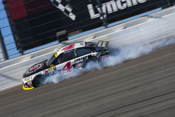Kevin Harvick, Stewart-Haas Racing Chevrolet crashes after cutting a tire