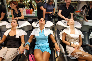 Formula Unas girls visit a beauty salon: Mina Zakipour, Paola Ramirez and Katja Semenova