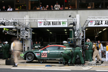 Pitstop for #007 Aston Martin Racing Aston Martin DBR9: Tomas Enge, Peter Kox, Johnny Herbert