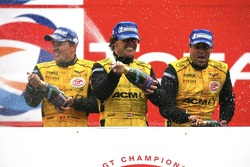 GT1组领奖台全场及组别冠军:让·丹尼斯·德莱特拉斯、法布里奇奥·格林、麦克·赫泽曼、马塞尔·法斯勒