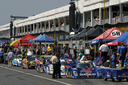 Teams get ready for the race on pitlane