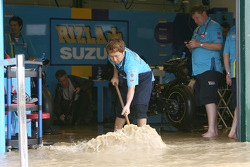 Rizla Suzuki team trying to keep dry