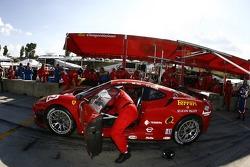 #62 Risi Competizione Ferrari 430 GT: Mika Salo, Jaime Melo, Johnny Mowlem in the pits