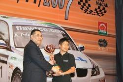Kazuya Oshima collects his trophy