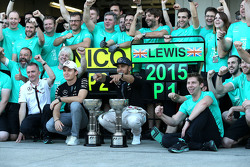 Race winner Lewis Hamilton, Mercedes AMG F1 Team, second place Nico Rosberg, Mercedes AMG F1 Team celebrate with the team