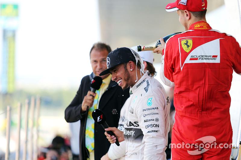 El ganador, Lewis Hamilton, Mercedes AMG F1 celebra con el tercer lugar, Sebastian Vettel, Ferrari