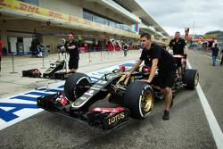 Lotus F1 E23 de Pastor Maldonado, Lotus F1 Team en los pits