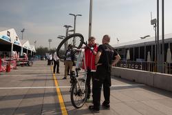 尼克·海菲尔德玩自行车,马恒达车队