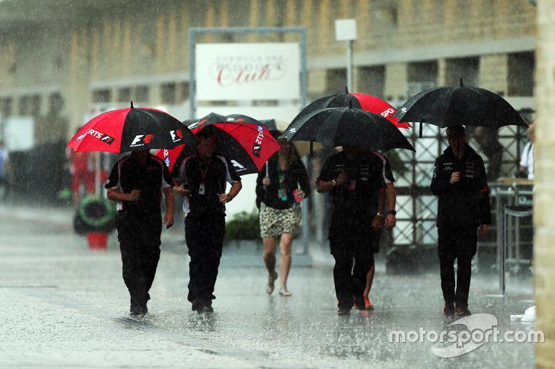 Ombrelli nel paddock sotto la pioggia a gran premio degli for Sotto la pioggia ombrelli