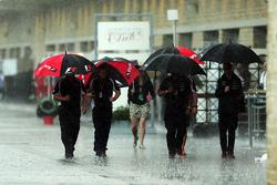 F1 Paraguas en el paddock en la lluvia