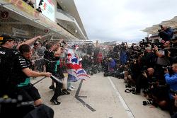 刘易斯·汉密尔顿,梅赛德斯车队,庆祝他第3个世界冠军