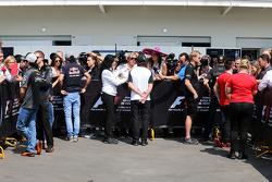 Sergio Pérez, Sahara Force India F1; Carlos Sainz Jr., Scuderia Toro Rosso; Fernando Alonso, McLaren y Will Stevens, Manor Marussia F1 Team con los medios de comunicación