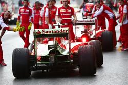 Kimi Raikkonen, Ferrari SF15-T volgt Sebastian Vettel, Ferrari SF15-T in de pits