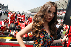 Grid girl voor Sebastian Vettel, Ferrari SF15-T.