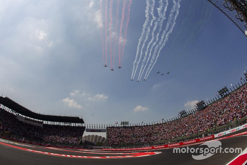 Aviones de la Fuerza Aérea Mexicana sobre vuelan el circuito