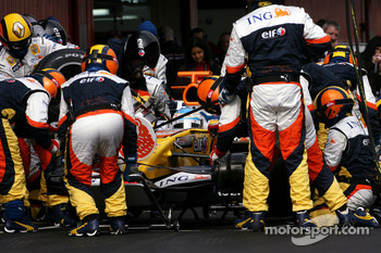 Fernando Alonso, Renault F1 Team, R28 during pitstop