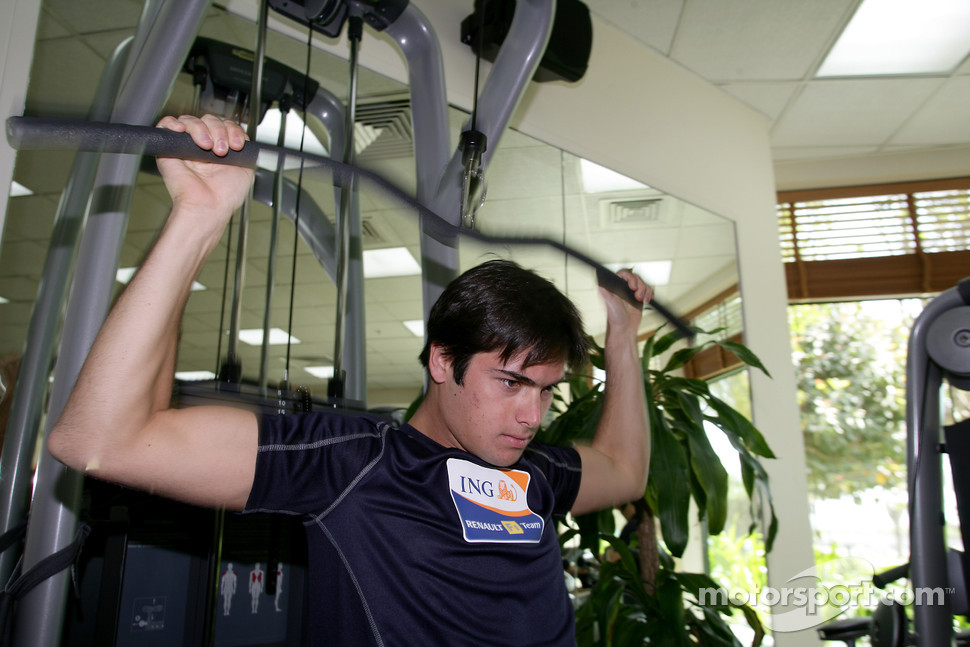 Renault F1 drivers training in Bahrain: Nelson A. Piquet, Renault R28 in the gym