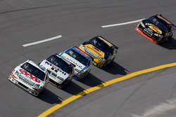 David Ragan leads a pack into turn 4