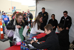 Autograph session: Helio Castroneves and Ryan Briscoe