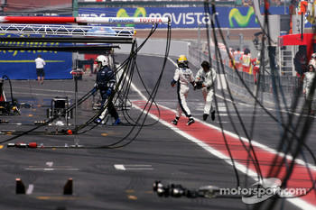 Nico Rosberg, Williams F1 Team comes bac to the pits after he stopped on track