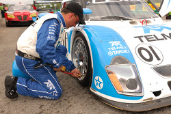 Tire pressure check for the #01 Lexus Riley