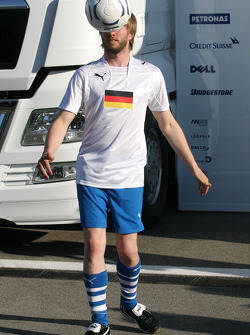 Nick Heidfeld, BMW Sauber F1 Team plays football