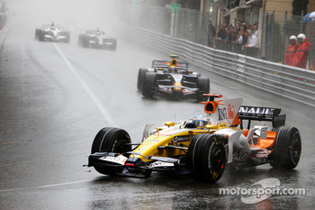 Fernando Alonso, Renault F1 Team leads Mark Webber, Red Bull Racing