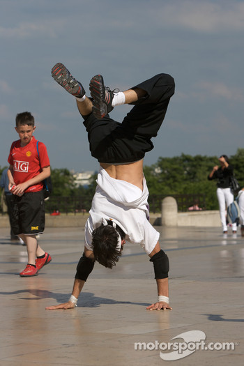 Visit of Paris: street dancers at Place du Trocadéro