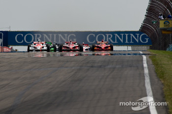 Start: Ryan Briscoe, Scott Dixon and Justin Wilson battle for the lead