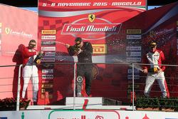 Podio Pirelli AM: prmer lugar #27 Rossocorsa Pellin Racing Ferrari 458: Alessandro Vezzoni, segundo lugar #92 Statstone Ferrari Ferrari 458: Sam Smeeth, tercer lugar #95 Scuderia Praha Ferrai 458 Jiri Pisarik