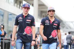 (L naar R): Max Verstappen, Scuderia Toro Rosso met teamgenoot Carlos Sainz Jr., Scuderia Toro Rosso