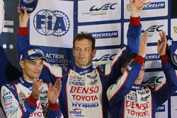 Podium : troisième place pour Alexander Wurz, Stéphane Sarrazin, Mike Conway, Toyota Racing