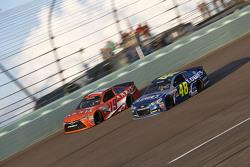 Carl Edwards, Joe Gibbs Racing Toyota and Jimmie Johnson, Hendrick Motorsports Chevrolet