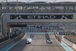 Alex Lynn, DAMS leads the field at the start of the race 2 formation lap