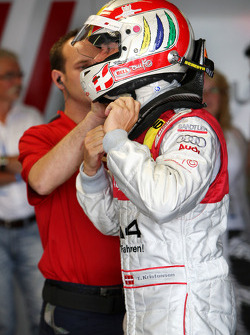 Tom Kristensen, Audi Sport Team Abt, Audi A4 DTM needed some help fastening his helmet
