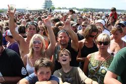 Fans at the The Goo Goo Dolls concert