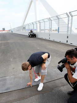 Sebastian Vettel, Scuderia Toro Rosso checks the gap on the bridge
