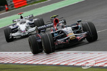 Sebastian Vettel, Scuderia Toro Rosso, STR02 leads Nick Heidfeld, BMW Sauber F1 Team, F1.08