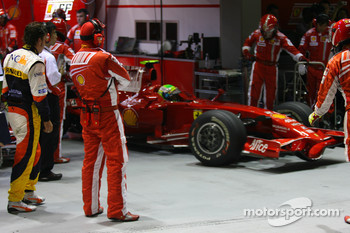Fernando Alonso, Renault F1 Team waching Felipe Massa, Scuderia Ferrari leave the pits in Q3