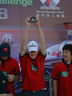 Basketball shootout: Carlo van Dam celebrates being on the winning team, Keisuke Kunimoto is amused
