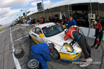 Pit stop for #89 Farnbacher Loles Racing Porsche GT3: Pierre Kaffer, Giacomo Petrobelli, Gabrio Rosa, Giorgio Rosa, Allan Simonsen