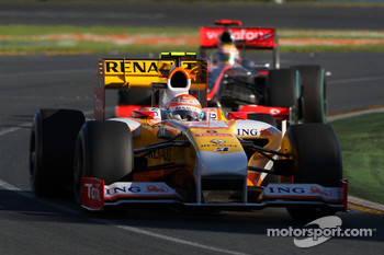 Nelson A. Piquet, Renault F1 Team leads Lewis Hamilton, McLaren Mercedes, MP4-24
