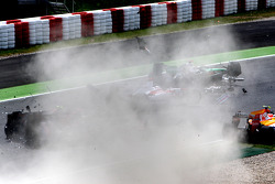 Crash Jarno Trulli, Toyota F1 Team, Adrian Sutil, Force India F1 Team, Sébastien Bourdais, Scuderia Toro Rosso