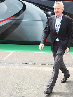 Max Mosley, FIA President walking away from Bernie Ecclestone's motorhome