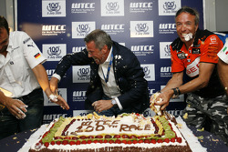 Marcello Lotti, General Manager of KSO and Tom Coronel, Sunred Engineering at the cake battle