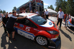 The Ford Fiesta of Andreas Eriksson is pushed to the start line