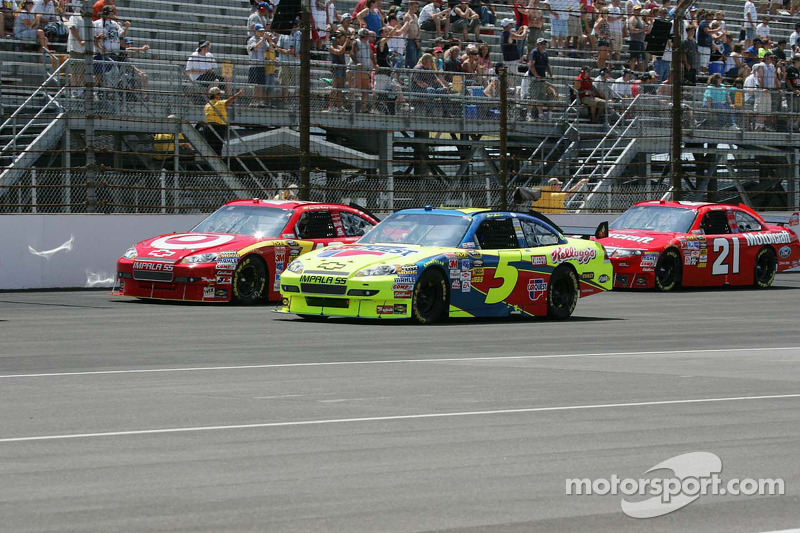 Mark Martin, Hendrick Motorsports Chevrolet and Juan Pablo Montoya, Earnhardt Ganassi Racing Chevrolet lead the field to the green flag