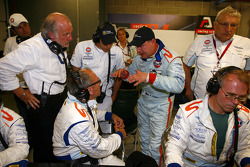 Tomas Enge discusses with Aston Martin Racing team members