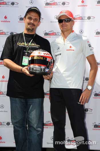 Heikki Kovalainen, McLaren Mercedes, helmets have the name of Johnny Walker prize winners