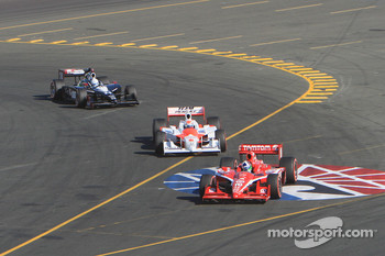Dario Franchitti, Target Chip Ganassi Racing leads Ryan Briscoe, Team Penske and Mike Conway, Dreyer & Reinbold Racing to the finish line